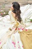 Z kwiatami plenerowymi piękna kobieta Zdjęcie Stock