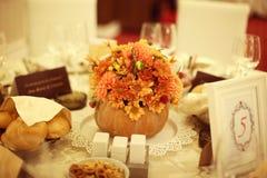 z kwiatami stołowy położenie obrazy stock