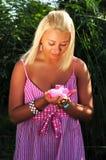 Z kwiatem blondynki młoda piękna dziewczyna Zdjęcie Stock