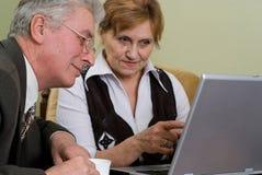 Z laptopem biznesmena dojrzały działanie zdjęcie royalty free