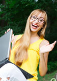 Z laptopem emocjonalny i szczęśliwy żeński uczeń zdjęcie royalty free