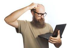 Z laptopem mężczyzna jest myśleć Fotografia Royalty Free