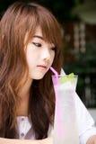 Z lemoniady sodą ładna dziewczyna Zdjęcia Stock