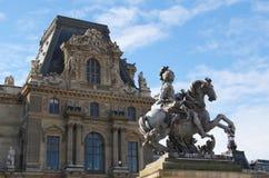 z Louvre pałac Ludwik XIV statua zdjęcia stock