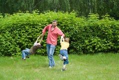 Z młodymi dziećmi tata sztuka zdjęcie stock