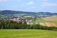 Z małą wioską wiejski krajobraz Obraz Stock