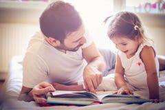 Z magii książką fantazj abstrakcjonistyczni tła Ojciec i córka w łóżku Zdjęcie Royalty Free