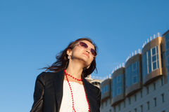 Z marzycielskim spojrzeniem szczęśliwa młoda kobieta obrazy royalty free