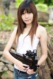 Z maszynowym pistoletem seksowna dziewczyna Zdjęcie Stock
