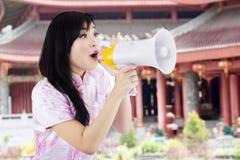 Z megafonem szczęśliwa kobieta Obrazy Stock