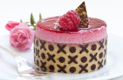 Z miłość symbolami mousse malinowy tort Zdjęcie Stock