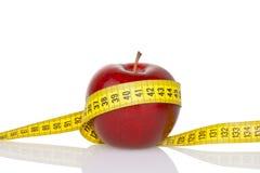 Z miarą taśmy czerwony jabłko Zdjęcie Stock