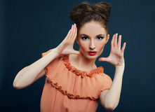 Z modnym makeup brunetki piękna kobieta Zdjęcia Royalty Free