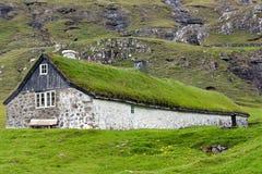 Z murawa dachem tradycyjny dom, Faroe Wyspy Zdjęcia Stock
