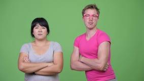 Z nadwagą Azjatycka kobieta i potomstwo homoseksualista z rękami krzyżować wpólnie zdjęcie wideo
