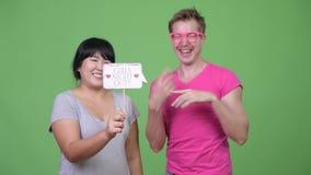 Z nadwagą Azjatycki kobiety i potomstwo homoseksualisty mienia papieru znak wpólnie zbiory wideo