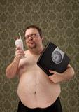 Z nadwagą białe męskie mienie skala podczas gdy patrzejący milkshake Fotografia Stock