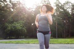 Z nadwagą kobieta bieg piękna brzucha pojęcia strata nad ciężaru białą kobietą obraz royalty free