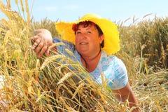 Z nadwagą kobieta cieszy się życie podczas wakacji Zdjęcie Royalty Free