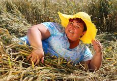 Z nadwagą kobieta cieszy się życie podczas wakacji Fotografia Royalty Free