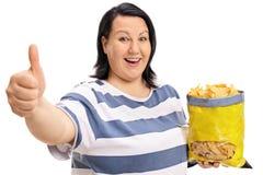 Z nadwagą kobieta z torbą układy scaleni robi kciukowi up podpisuje Fotografia Royalty Free