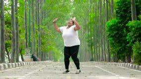Z nadwagą kobiety doskakiwanie na ulicie przy parkiem zdjęcie wideo
