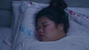 Z nadwagą kobiety dosypianie i chrapać w łóżku zdjęcie wideo