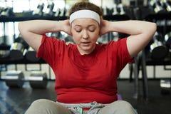 Z nadwagą kobiety pocenie W Gym Być Dysponowany obraz stock