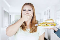 Z nadwagą kobiety zamknięty usta dla przekąski Obrazy Royalty Free