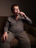 Z nadwagą mężczyzna woda pitna obraz royalty free