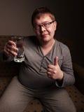 Z nadwagą mężczyzna woda pitna fotografia royalty free