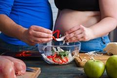 Z nadwagą pary kulinarna jarzynowa sałatka Dieting, ciężaru losin obraz stock