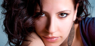 Z nausznicą ładna młoda kobieta fotografia stock