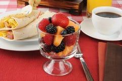 Z śniadaniowymi burritos owocowy koktajl Fotografia Royalty Free
