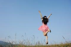 Z niebieskim niebem Kobiety szczęśliwy Doskakiwanie Zdjęcia Stock