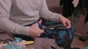 Z nożycami tnąca kobiety tkanina zbiory