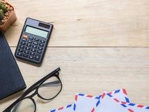 z notatnikiem, kalkulatorem i szkłami na drewnianym biuro stole, zdjęcie stock