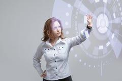 z nowoczesnej technologii Kobieta pracuje z futurystycznym Zdjęcie Royalty Free