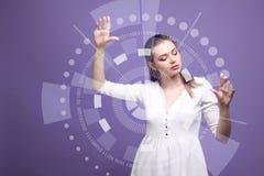 z nowoczesnej technologii Kobieta pracuje z futurystycznym interfejsem Zdjęcia Royalty Free
