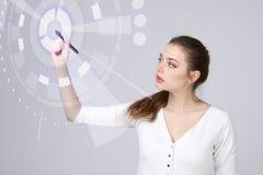 z nowoczesnej technologii Kobieta pracuje z futurystycznym interfejsem Obrazy Royalty Free