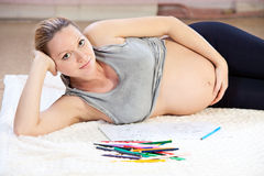 Z ołówkami kobieta w ciąży ładny młody rysunek Zdjęcie Royalty Free