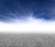 Z obłocznym tłem asfaltowa droga Fotografia Royalty Free