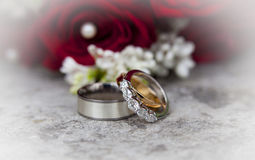 Z obrączkami ślubnymi ślubny bukiet Zdjęcia Stock