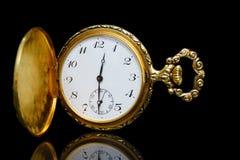Złocisty kieszeniowy zegarek na czarnym tle Obrazy Royalty Free