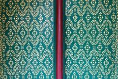 złocisty pianting kwiatu wzór na zielonego koloru tle, traditio Zdjęcia Royalty Free