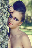 Z oko dramatycznym makijażem piękna kobieta Zdjęcia Royalty Free