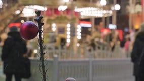 Z ostrości rozrywki i bożonarodzeniowych świateł Dziecko przejażdżka na carousel atmosfera świąteczna zbiory wideo