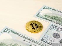Złota bitcoin moneta na my dolary zamyka up Fotografia Stock
