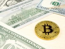 Złota bitcoin moneta na my dolary zamyka up Zdjęcie Royalty Free