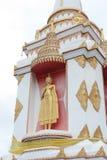 Złota buddah pozycja na stupie zdjęcia royalty free